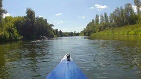 El kajak flota el río metrajes