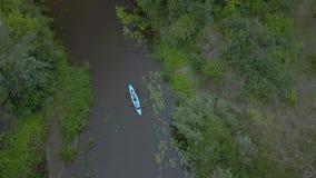El kajak flota a lo largo del río almacen de video