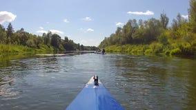 El kajak flota rio abajo almacen de metraje de vídeo