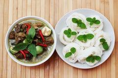 el kanom Jeen de los tallarines de la Tailandés-arroz-harina arregló con el curry verde o imagen de archivo