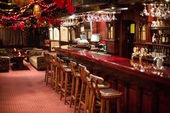El Karaoke acogedor - aporree el FARAÓN con las sillas y las decoraciones de madera Foto de archivo libre de regalías