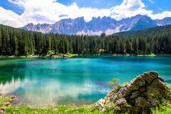 El Karersee, un lago en las dolomías italianas Foto de archivo