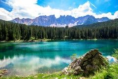 El Karersee, un lago en las dolomías italianas Imagenes de archivo