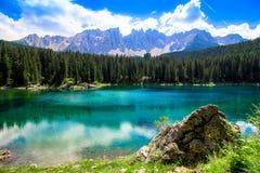 El Karersee, un lago en las dolomías italianas Fotografía de archivo libre de regalías