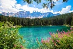 El Karersee, un lago en las dolomías italianas Fotografía de archivo