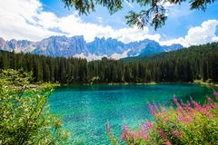 El Karersee, un lago en las dolomías italianas Imagen de archivo libre de regalías