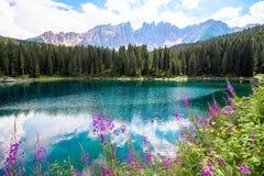 El Karersee, un lago en las dolomías italianas Imagen de archivo