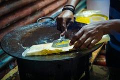 el kathi del pollo y del huevo rueda con las cebollas que son preparadas Fotografía de archivo libre de regalías