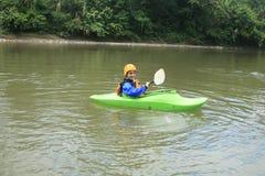 El Kayaking adolescente Fotos de archivo