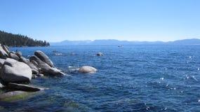El Kayaking cerca de la línea de la playa del lago Tahoe Nevada Imagenes de archivo