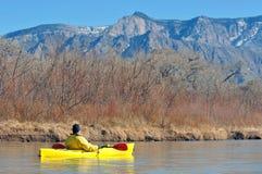 El Kayaking cerca de las montañas foto de archivo