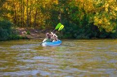 El kayaking de la familia, madre y niño batiéndose en kajak en viaje de la canoa del río, fin de semana activo del verano y vacac Imagen de archivo libre de regalías