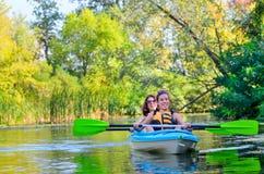 El kayaking de la familia, madre y niño batiéndose en kajak en viaje de la canoa del río, fin de semana y vacaciones activas del  Imagenes de archivo