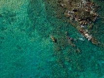El Kayaking en el agua hermosa del océano del trullo foto de archivo libre de regalías