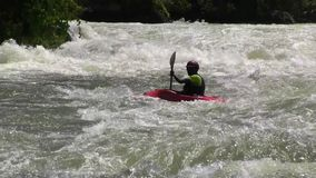 El Kayaking en aguas ásperas el Nilo blanco metrajes