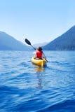 El Kayaking en crescent del lago Fotografía de archivo