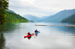 El Kayaking en Crescent Lake imagen de archivo libre de regalías