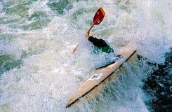 El Kayaking en el agua blanca imagen de archivo
