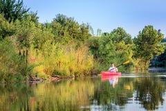 El Kayaking en el lago Foto de archivo libre de regalías