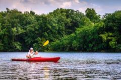 El Kayaking en el lago Fotos de archivo libres de regalías