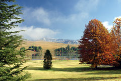 El Kayaking en el lago en el pie de montañas hermosas Foto de archivo libre de regalías