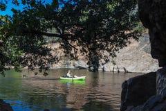 El Kayaking en el lago inks Fotos de archivo