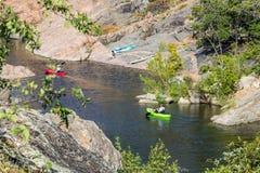 El Kayaking en el lago inks Imagen de archivo libre de regalías
