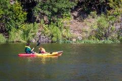 El Kayaking en el lago inks Fotos de archivo libres de regalías