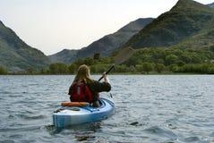 El Kayaking en el lago Padarn Foto de archivo libre de regalías