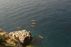 El Kayaking en el mar foto de archivo