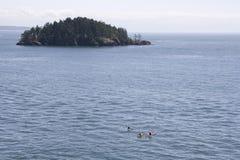 El Kayaking en el mar Fotos de archivo libres de regalías