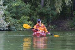 El Kayaking en el río Imágenes de archivo libres de regalías
