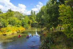 El Kayaking en el río Auckland Nueva Zelanda de Puhoi fotos de archivo