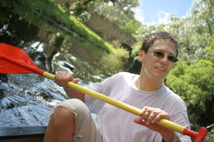 El Kayaking en el río del verano Imagen de archivo libre de regalías