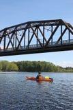 El Kayaking en el río en Fredericton Fotos de archivo