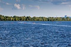 El Kayaking en el río en tiempo claro imagen de archivo libre de regalías