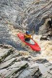 El Kayaking en el río Findhorn. fotografía de archivo libre de regalías