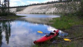 El Kayaking en el río Yukón Imagen de archivo libre de regalías