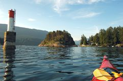 El Kayaking en ensenada profunda Fotografía de archivo