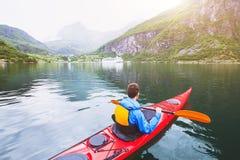 El Kayaking en el fiordo de Noruega fotografía de archivo