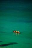El Kayaking en la bahía de Byron en día asoleado Imágenes de archivo libres de regalías