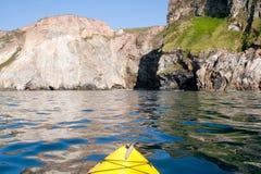 El Kayaking en la costa de Cornualles imagen de archivo