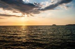 El Kayaking en la puesta del sol con dos islas en vista Foto de archivo libre de regalías