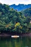 El Kayaking en el lago Kaptai foto de archivo