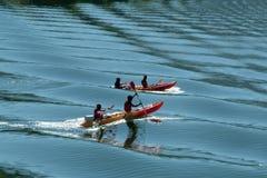 El Kayaking en las aguas azules en el río Fotografía de archivo