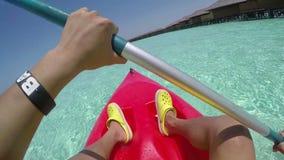 El Kayaking en las aguas claras de la costa en Maldivas metrajes