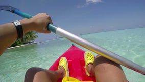 El Kayaking en las aguas claras de la costa en Maldivas almacen de metraje de vídeo