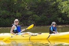 El Kayaking en los mangles en la Florida Foto de archivo