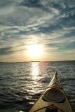 El Kayaking en puesta del sol Imágenes de archivo libres de regalías