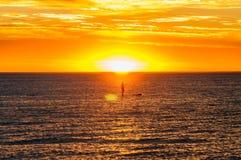 El Kayaking en puesta del sol Fotos de archivo